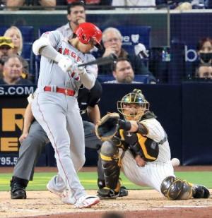 パドレス戦の8回、代打で二塁内野安打を放つエンゼルス・大谷=サンディエゴ(共同)