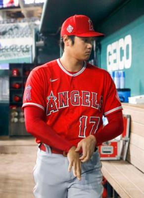 試合前、ベンチに姿を見せた米大リーグ、エンゼルスの大谷翔平=29日、アーリントン(共同)