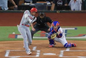 レンジャーズ戦の1回、右への先制三塁打を放つエンゼルス・大谷=アーリントン(共同)