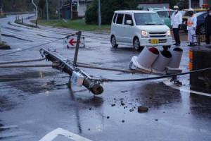 地震の影響で道路に倒れた信号機=6日午前5時50分、岩手県岩手町