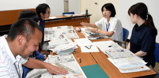 岩手日報を1週間読んで選んだ関心のある記事を紹介し合う遠野市教委職員と公民館主事ら