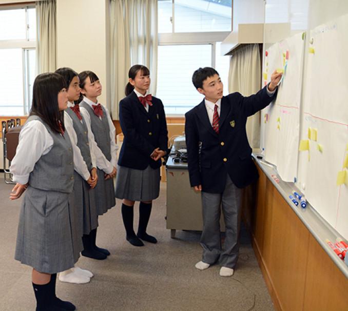 商品のPRに向け、特徴などに意見を交わす生徒=10月9日、福島県小野町・小野高
