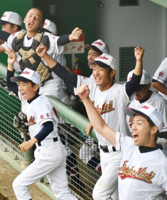 宮古西-山田 サヨナラ勝ちの瞬間、喜びを爆発させる宮古西の選手たち