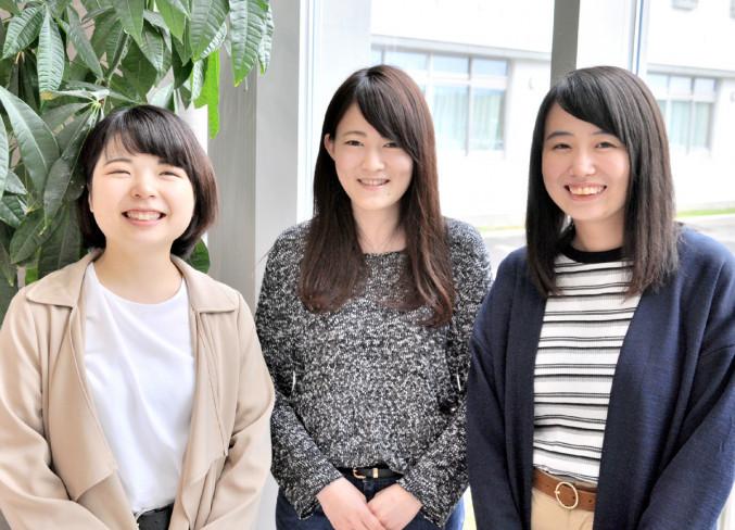優秀賞を受賞した(左から)清水麻由さん、菅原朱里さん、金野光夏さん